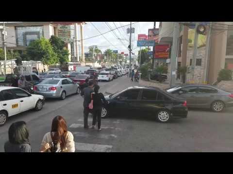 Пешеходы идут по машине перегородив пешеходный переход Pedestrians Walk on Car Blocking Crosswalk