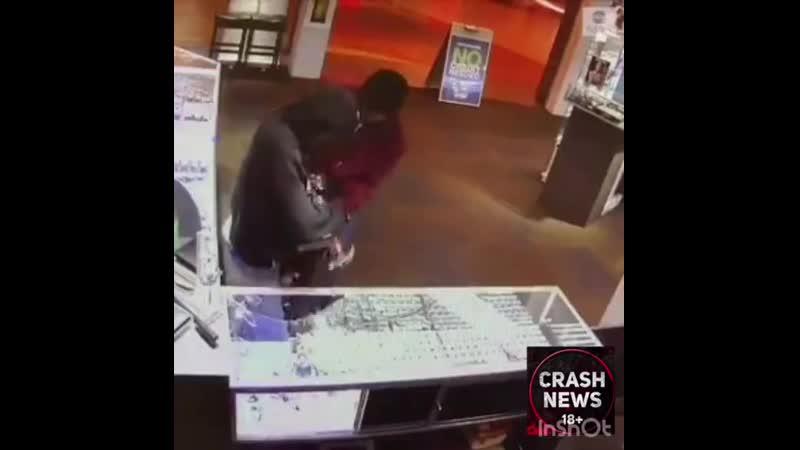 В Джорджии ребята с молотком за 30 секунд стали богаче на 200 тыс. $, без применения физической силы и оружия.  Похоже этой ювел
