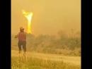 В Канаде у пожарных тушивших пожар торнадо отобрал шланг