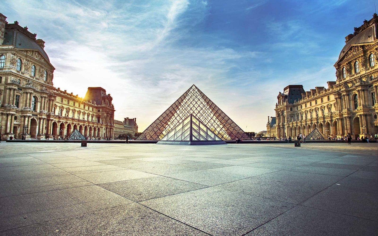 Вид на Лувр ранним утром