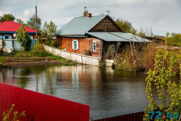 Разница между половодьем, паводком и наводнением Чаще всего слова «наводнение», «половодье» и «паводок» употребляют дикторы на телевидении: «наводнение в Германии угрожает историческим