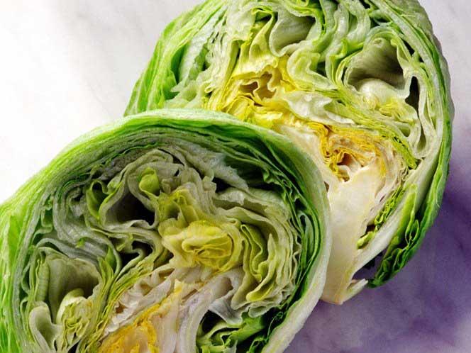 Салат Айсберг, также известный как хрустящий салат, получает плохой отзыв, поскольку только хорош для пустых калорий.
