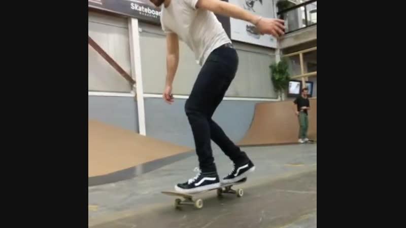 Кейси на скейте
