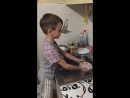 Моет посуду 2018