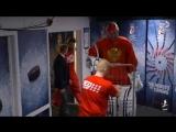 Вратаря сборной России по хоккею вывезли на матч на тележке