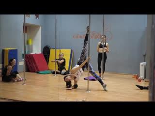 Зарисовка с занятия по танцевальной акробатике.