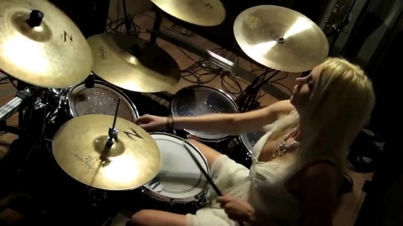 Блондинка барабанщица