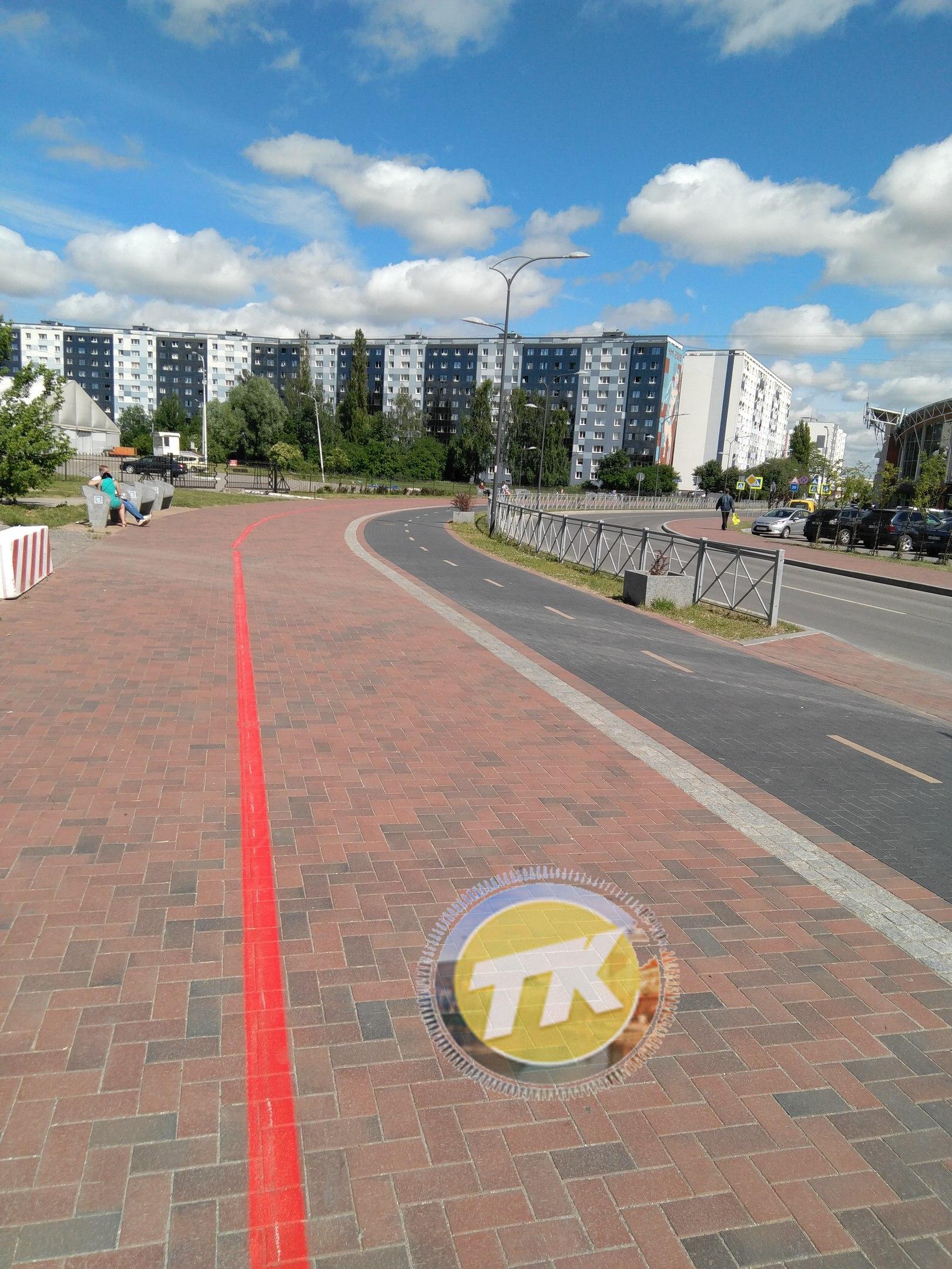 В Калининграде нарисовали обещанную красную линию для болельщиков к стадиону «Калининград».