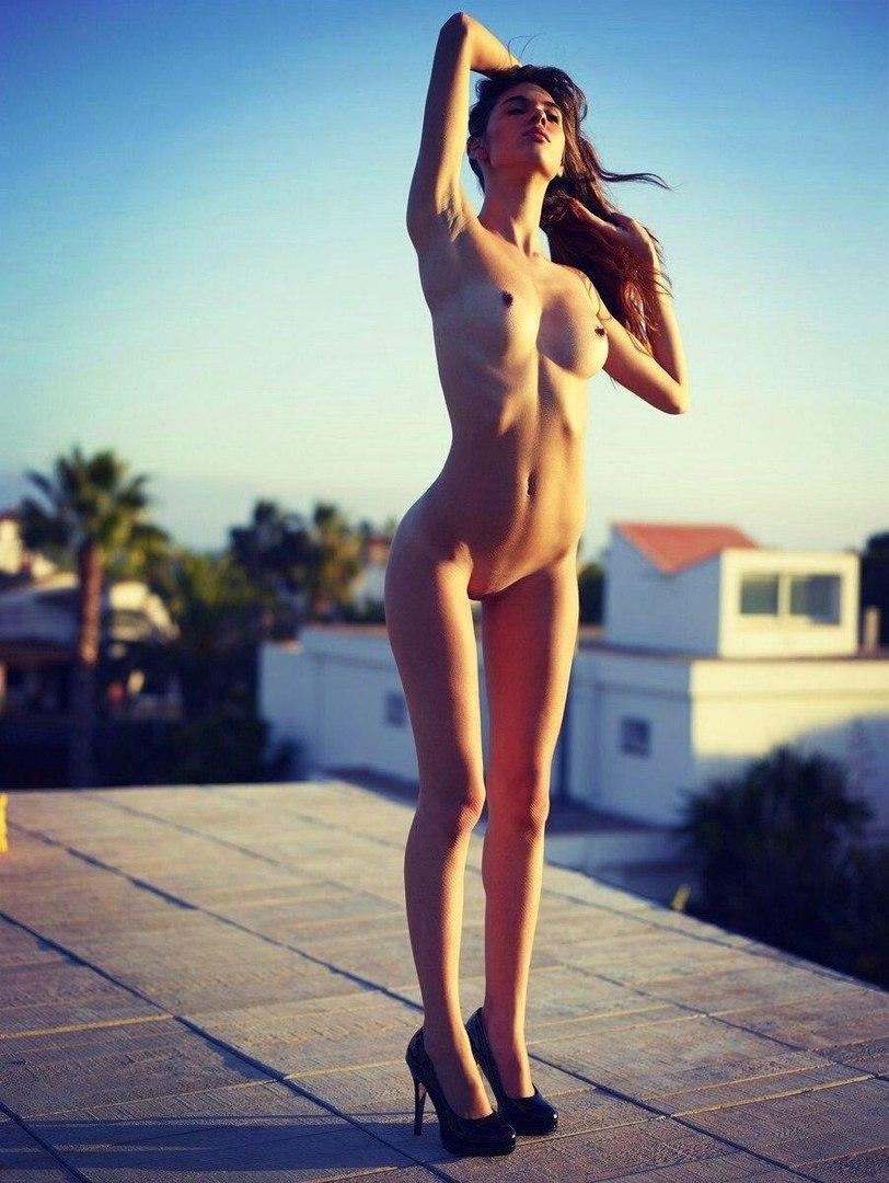 Худая длинноногая голая модель