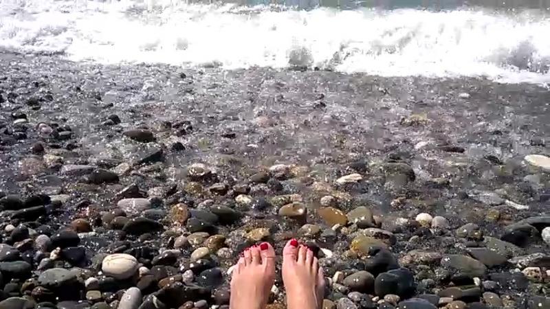 Волны ласкают мои ножки