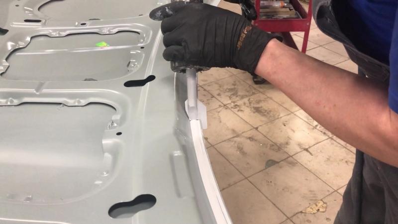Нанесение герметика на кромку капота перед покраской