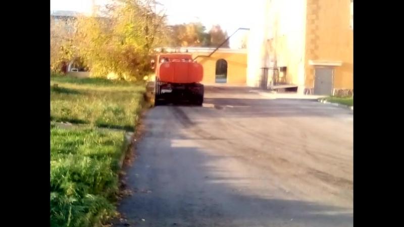 Сливают с цистерны что-то непонятное за ДК Кировский