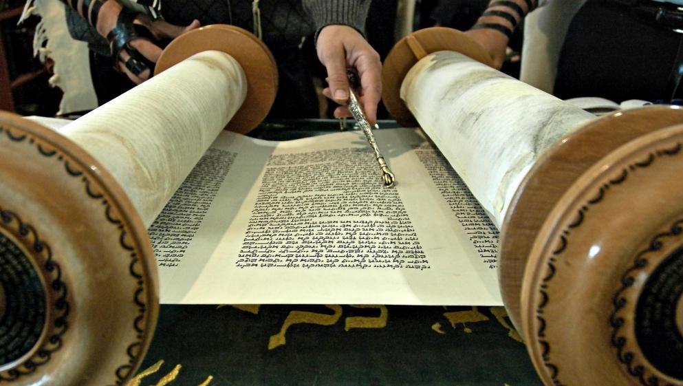 Божественные естественные права кодируются в религиозных текстах, таких как Тора.