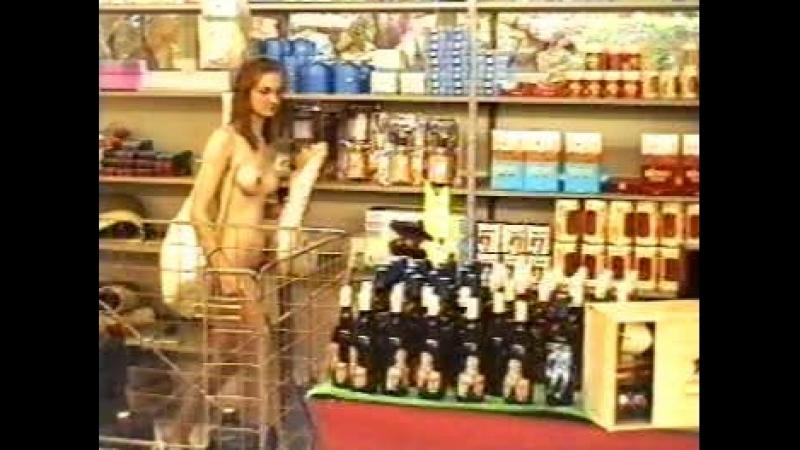 Une jeune nudiste fait ses courses