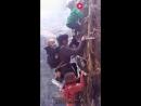 Китайцы взбираются по крутым лестницам и скалам