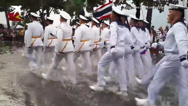 Российские моряки маршируют по щиколотку в воде на параде в Таиланде