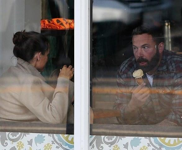 Бен Аффлек и Дженнифер Гарнер завершили оформление бракоразводного процесса. Парочка отпраздновала это событие в кафе, поедая мороженое вместе с шестилетним сыном