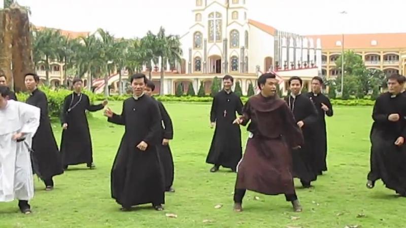 Вьетнамские католические семинаристы-монахи танцуют