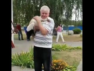 В белорусском городке местные жители подобрали выпавшего из гнезда аистенка и выходили его