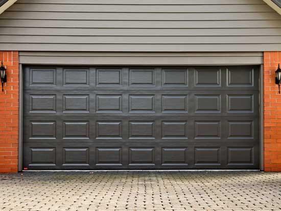 Какая дверь подходит именно вам? Гаражные роликовые ворота или секционные