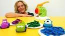 Hamur oyunları. Nicole arabalara Play-Doh spagetti yapıyor