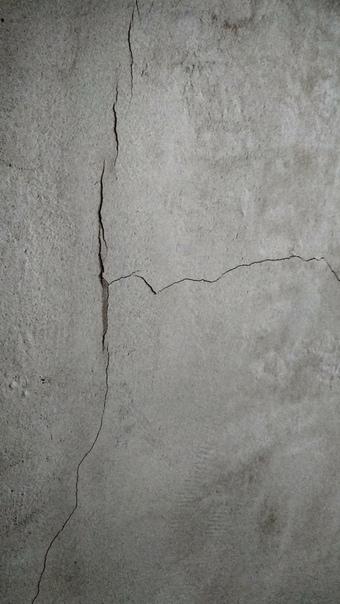 Опытные мастера, подскажите, пожалуйста,из-за чего образовались трещины на стене после отделки