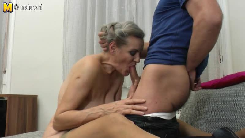 Внук трахает красивую зрелую GRANNY бабулю, инцест малолетка