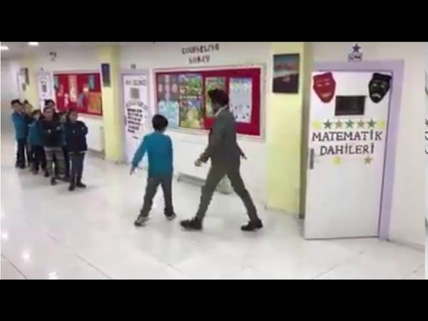 Diyarbakırda öğrencileri ile tek tek dans eden öğretmen