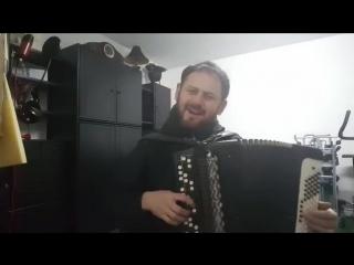 Немец поет на казахском языке песню Ак Саулем.