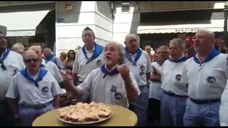 Txiquiteros de Bilbao de fiesta cantando bilbainadas antes de tomarse unas tapas y beber.