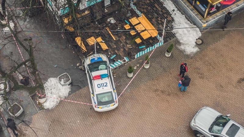 В Киеве возле Дворца Украина полицейский Prius сбил человека и влетел в кафе