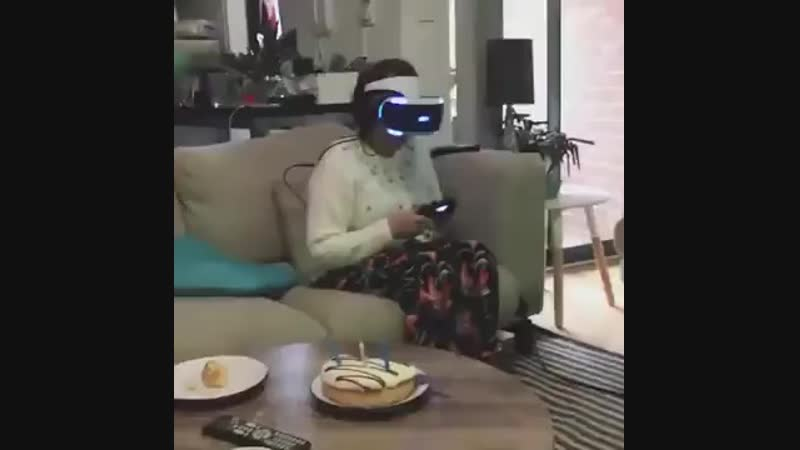 Бабуля ошалела от VR-шлема