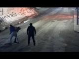 Убийство 25-летнего парня сняла камера наблюдения в Кабардино-Балкарии — его пырнули ножом в шею. Нападавших (вероятно, это два