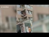 Китайский военный за ногу поймал выпавшего из окна ребенка