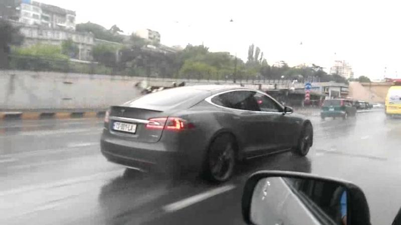 Tesla рассекает на номерах ТS-001-LA
