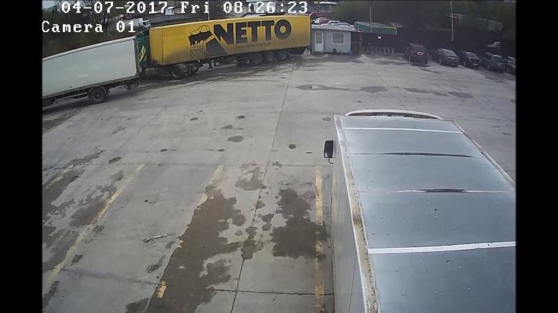 Глаз-алмаз@Джон Миллиметрон: водитель фуры заламывает полуприцеп в миллиметре от поста охраны!))