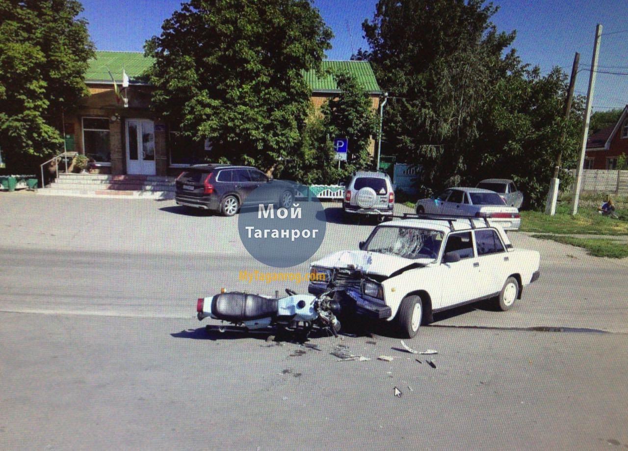 Под Таганрогом мотоциклист столкнулся с легковушкой