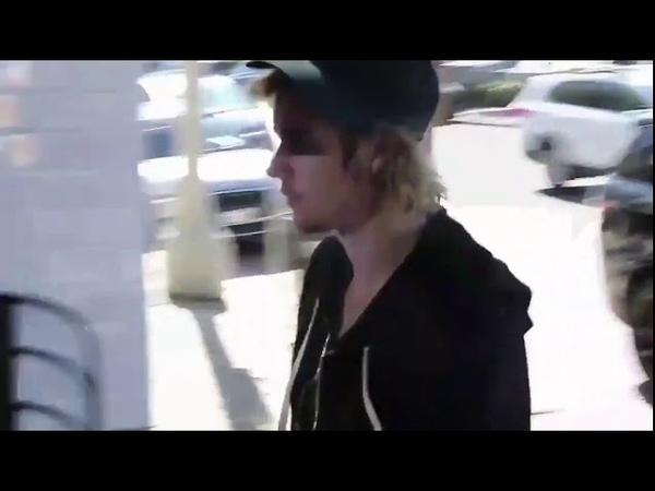 Justin Bieber chegando ao restaurante Joan's on Third com Hailey Baldwin em Studio City, CA (1610)