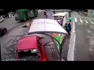 В Екатеринбурге женщина  сбила людей на остановке