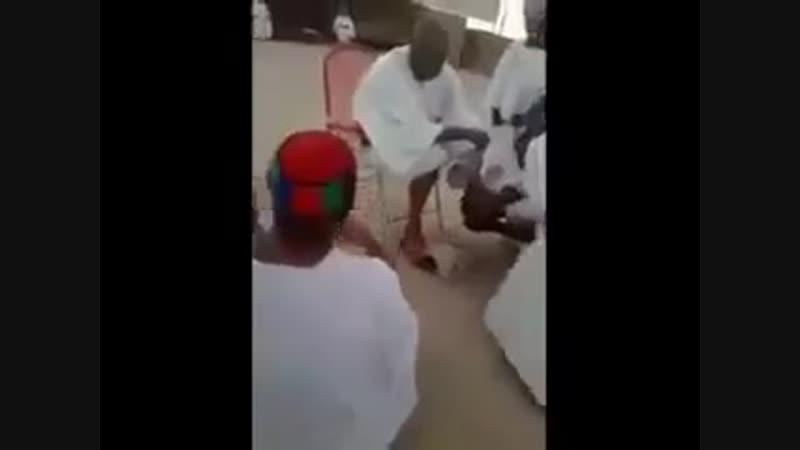 ученики шейха пьют остатки воды после омовения ног шейха