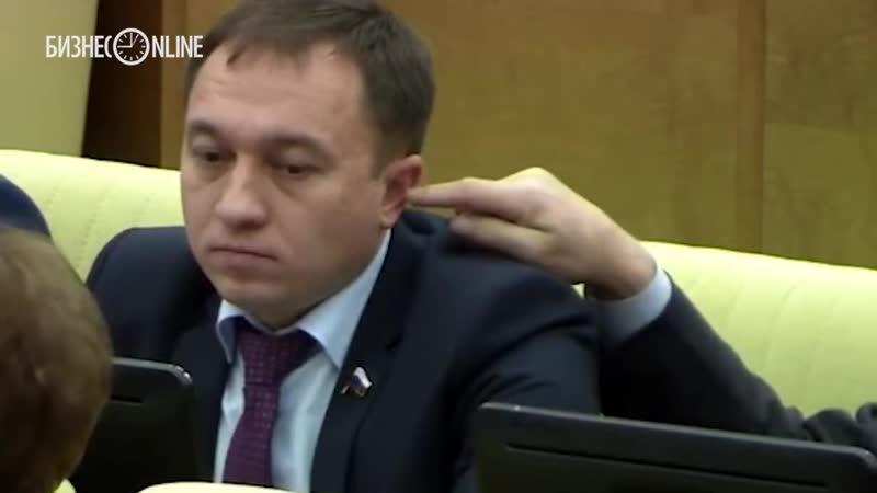 В Госдуме депутат решил подурачиться, и засунул другому депутату палец в ухо