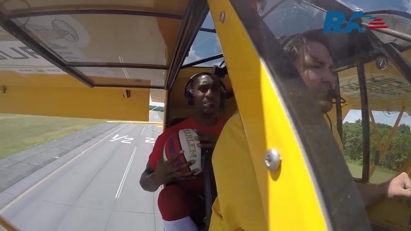 баскетболист забросил мяч в корзину с пролетающего над кольцом самолета