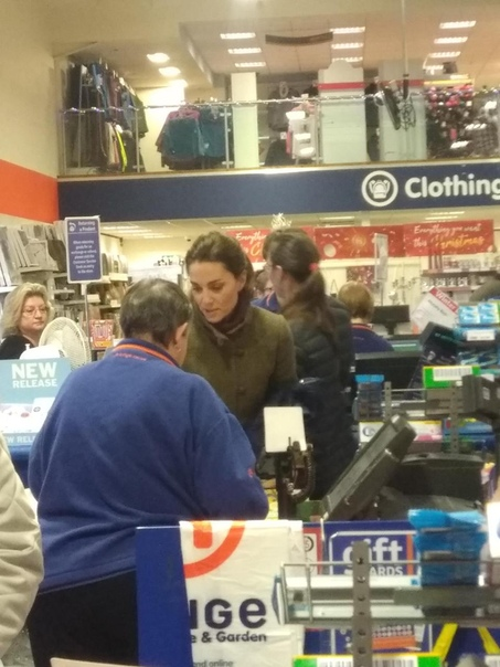Кейт Миддлтон закупилась в магазине «для бедных» Кейт Миддлтон с детьми покупали рождественские подарки в дисконтном магазине ретейлера The Range. Об этом сообщает Daily Mail. Герцогиню