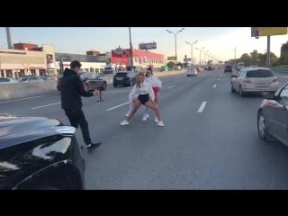 Пробка на МКАД - жена депутата Оксана Яковлева снимает клип