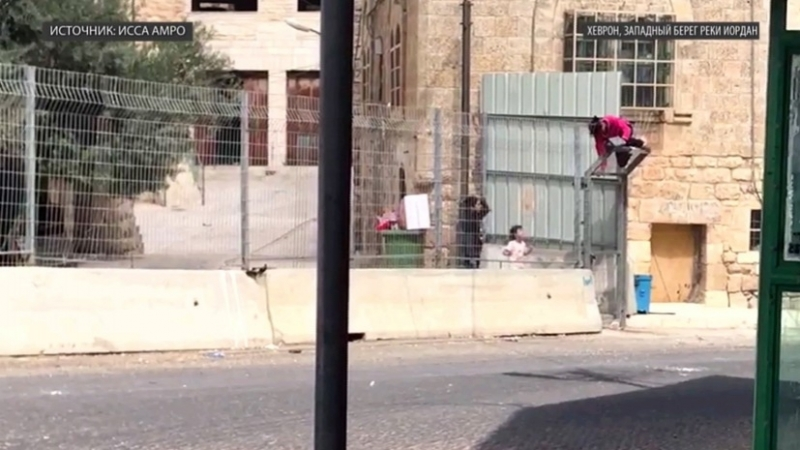 «Это сегрегация»: палестинской девочке пришлось перебираться через построенный Израилем забор