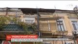 Глиба вд фасаду будинку в Одес ледь не вбила чоловка