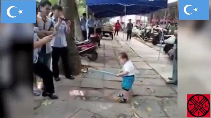 Уйгурский ребёнок против китайской полиции Восточный Туркестан