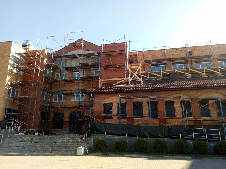 Новая школа в  Советске обросла строительными лесами: стартовал вынужденный ремонт
