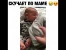 Малыш скучает по маме. Папа дал ее рубашку, смотрите на реакцию)