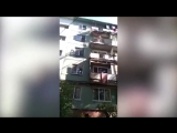 """""""Ты сейчас слетишь оттуда!""""  Видео падения мужчины с балкона в Саратовской области"""